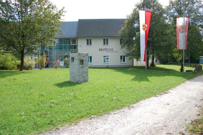 Wendener Hütte - Museumsfront mit Fahnen