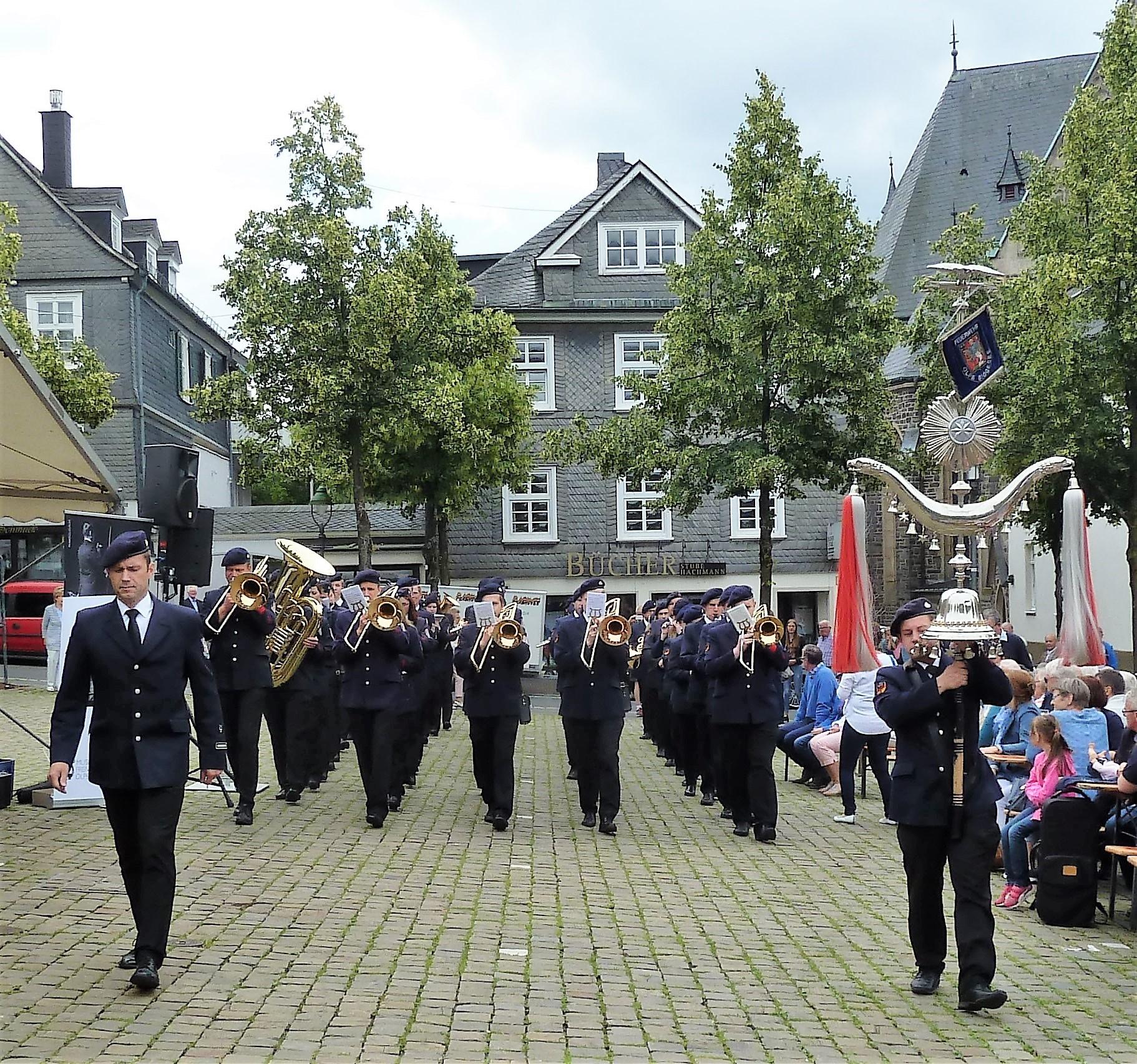 Traditionelle Olper Marschrevue am Sonntag auf dem Marktplatz