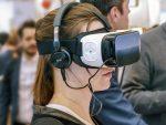 SChülerin mit VR-Brille - Offener Bildungsraum
