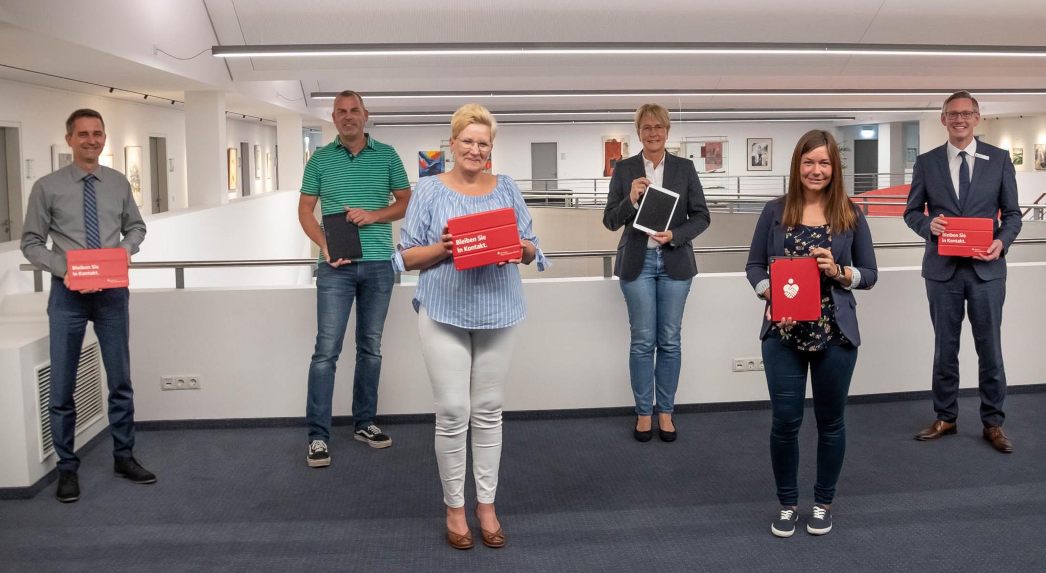 Sparkasse spendet Tablets für Alten- und Pflegeeinrichtungen