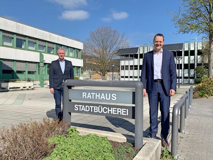 Winfried Quast und Bürgermeister Peter Weber vor dem Rathaus Kreisstadt Olpe